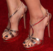 Heather Graham chose a pair of rose gold strappy sandals for her classic and sophisticated look on the red carpet.