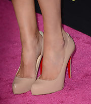 Sarah Hyland kept her heels on the neutral side with these nude pumps.
