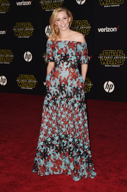 Elizabeth Banks made us swoon (as she always does) with this multicolored floral-embroidered off-the-shoulder gown by Elie Saab at the 'Star Wars: The Force Awakens' premiere.