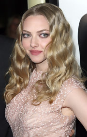 Amanda Seyfried attended the premiere of 'Gone' wearing her with a precise center part and long waves.