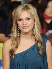 Olivia kept her bangs straight but put the rest of her tresses in spiral waves for the 'Breaking Dawn' premiere.