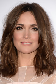 Rose Byrne chose a beachy wave to show off her highlighted tresses.