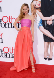 Leslie Mann sported a lovely color combo with this long coral skirt and purple bandeau top, both by Monique Lhuillier.