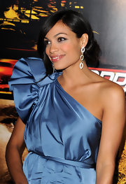 Rosario paired her one-shoulder Stella McCartney dress with diamond tiered earrings.