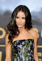 Abigail Spencer glittered in a colorful Oscar de la Renta frock that she paired with long dark glossy waves.