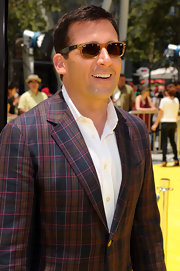 Steve paired his plaid blazer with two-toned Wayfarer sunglasses.
