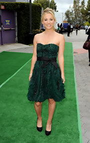 Kaley Cuoco accented her lovely green and black frock with black satin platform pumps.