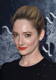 Judy Greer pulled her tresses back into a loose ponytail for the 'Jurassic World' premiere.