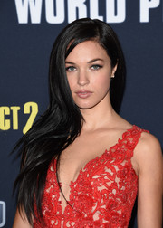 Alexis Knapp wore her long dark tresses loose with a side part during the premiere of 'Pitch Perfect 2.'