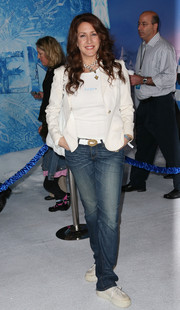 Joely Fisher kept it laid-back in a white blazer, jeans, and sneakers at the premiere of 'Frozen.'