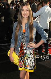 Hailee Steinfeld paired her playful print dress with a lemon yellow envelope clutch at the premiere of 'Cars 2.'
