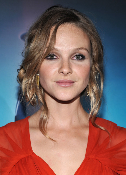 Beau Garrett rocked a loose side bun to the premeire of 'Tron:Legacy'. Face framing tendrils completed her elegant 'do.
