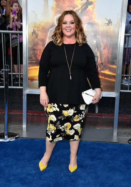 Melissa McCarthy added an extra pop of yellow with a pair of suede pumps.