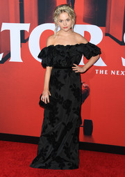 Emily Alyn Lind matched her dress with a black velvet clutch.
