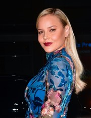Abbie Cornish wore her blonde tresses down with a side part when she attended the premiere of 'Geostorm.'