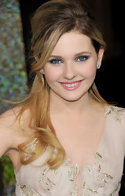 Abigail Breslin wore gorgeous sapphire shades of shadow at the premiere of 'New Year's Eve.'