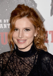 Bella Thorne attended the premiere of 'The Hateful Eight' wearing this loose, curly ponytail.