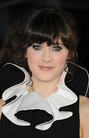 Zooey added drama to her black and white red carpet ensemble with light blue eyeshadow and full lashes.