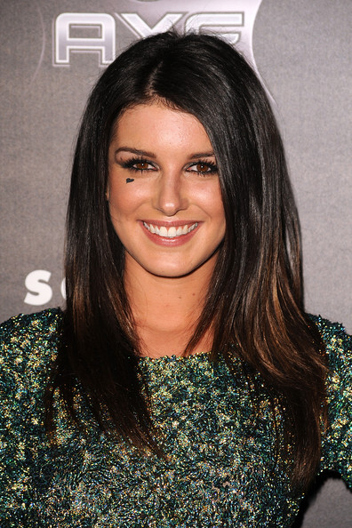Shenae Grimes styled her tresses in a sleek straight cut at the premeire of 'Scream 4.'