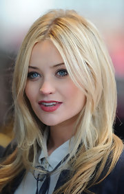 Laura Whitmore's blonde hair looked completely effortless with this wavy, layered cut.