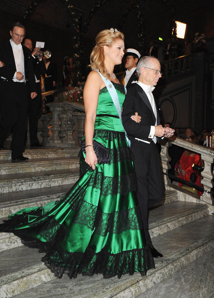 Princess Madeleine Strapless Dress [green,event,dress,formal wear,fashion,gown,flooring,haute couture,dance,fashion design,madeleine of sweden,oliver e. williamson,sveriges riksbank prize in economic sciences,town hall,usa,sweden,stockholm,nobel banquet,nobel foundation prize banquet 2009]