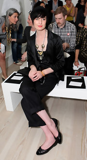 Erin O'Connor complemented her head-to-toe black outfit with a pair of matching black leather cap toe and bow ballet flats.