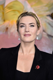 Kate Winslet accessorized with a pair of diamond cluster drop earrings for a more glamorous finish.