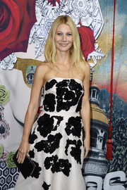 Gwyneth Paltrow complemented her strapless dress with a black Prada crocodile clutch for a totally elegant finish during the Printemps Haussmann Christmas decoration launch.