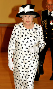 We love the black and white bow print on the Queen's long sleeve dress.  It's quite modern and a cute reversal in color to her white bow on black companion hat.