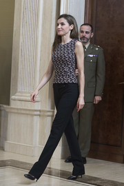 Queen Letizia of Spain completed her relaxed yet chic attire with a pair of black trousers.