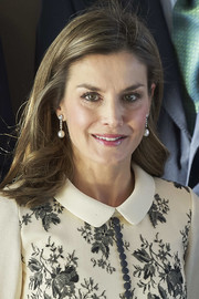 Queen Letizia of Spain wore her hair in feathery waves at the Accion Magistral 2017 Awards.