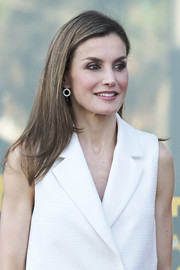 Queen Letizia of Spain completed her look with a pair of dangling earrings.