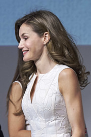 Queen Letizia of Spain wore her hair down in feathery waves at the 2017 National Fashion Awards.