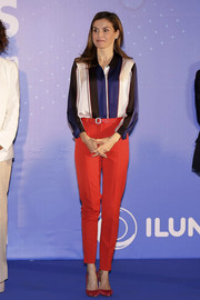 Queen Letizia of Spain brightened up her look with a pair of tapered red trousers, also by Hugo Boss.