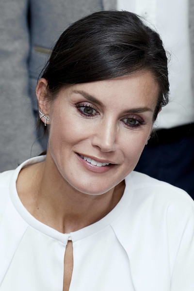Queen Letizia glitzed up her lobes with a pair of Gold & Roses diamond earrings.