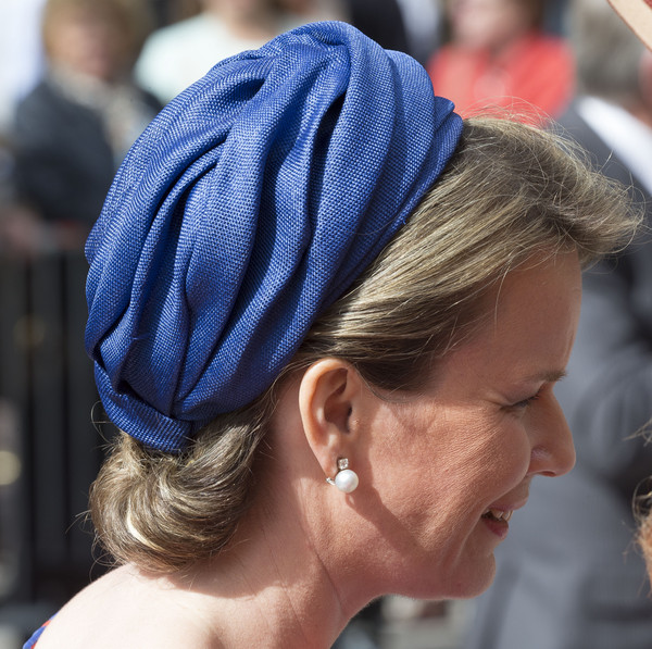 Queen Mathilde of Belgium Decorative Hat [maxima of the netherlands,hair,clothing,hairstyle,cobalt blue,electric blue,headgear,turban,fashion accessory,hair accessory,hat,mathilde of belgium,queen,vormidable,mathilde of belgium open sculpture exhibition vormidable,netherlands,the hague,sculpture exhibition]