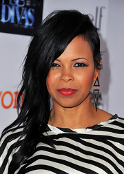 Dawn Robinson went for a more edgy look with a deep side sweep.