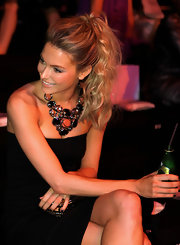 Model Jennifer Hawkins showed off her voluminous high ponytail which was a great way to show off her stunning necklace.