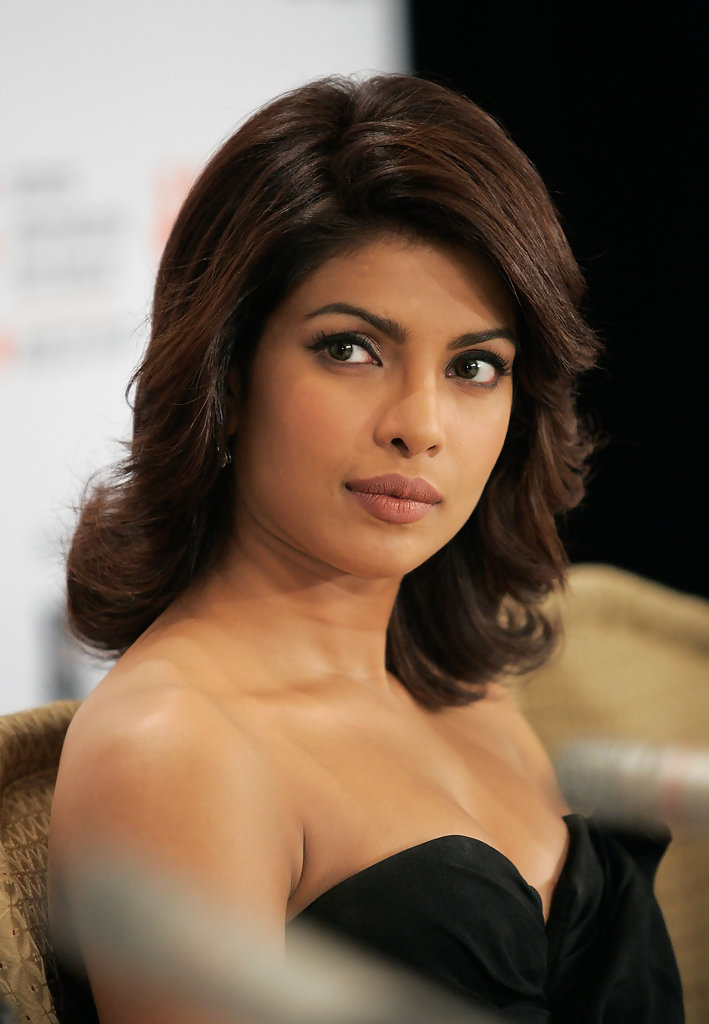 More Pics Of Priyanka Chopra Medium Layered Cut 2 Of 17 Shoulder Length Hairstyles Lookbook Stylebistro