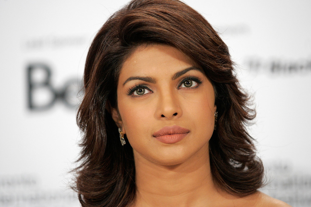 More Pics Of Priyanka Chopra Medium Layered Cut 14 Of 17 Shoulder Length Hairstyles Lookbook Stylebistro