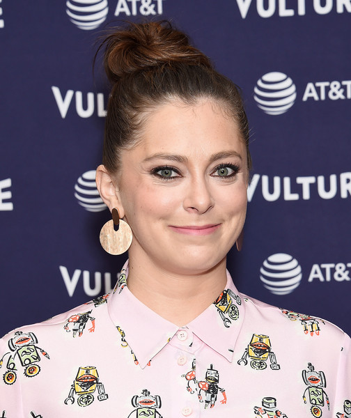 Rachel Bloom Gold Dangle Earrings [hair,hairstyle,eyebrow,eyelash,ear,smile,croydon facelift,rachel bloom,los angeles,the hollywood roosevelt hotel,california,vulture festival]