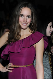 Louise Roe flaunted her hour glass shape with a skinny tan snakeskin belt.