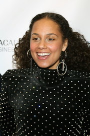 Alicia Keys went for ultra-modern styling with a pair of mismatched sterling hoops.