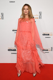 Vanessa Paradis perfected her look with a pair of gold satin pumps.