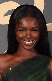 Leomie Anderson opted for a simple center-parted hairstyle when she attended the 2019 Fashion for Relief London.
