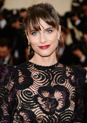 Amanda Peet attended the Met Gala wearing a casual ponytail with wispy bangs.