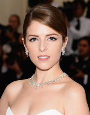 Anna Kendrick sported cat-eye makeup for a bit of retro flair.