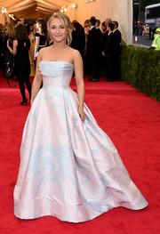 Hayden Panettiere looked absolutely darling in a pink and blue floral strapless gown by Dennis Basso at the Met Gala.