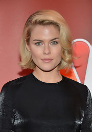 Rachael Taylor's short bob looked totally red carpet appropriate with these soft waves.