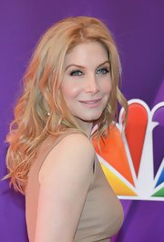 Elizabeth Mitchell kept her beauty look youthful and radiant with a natural nude lip.